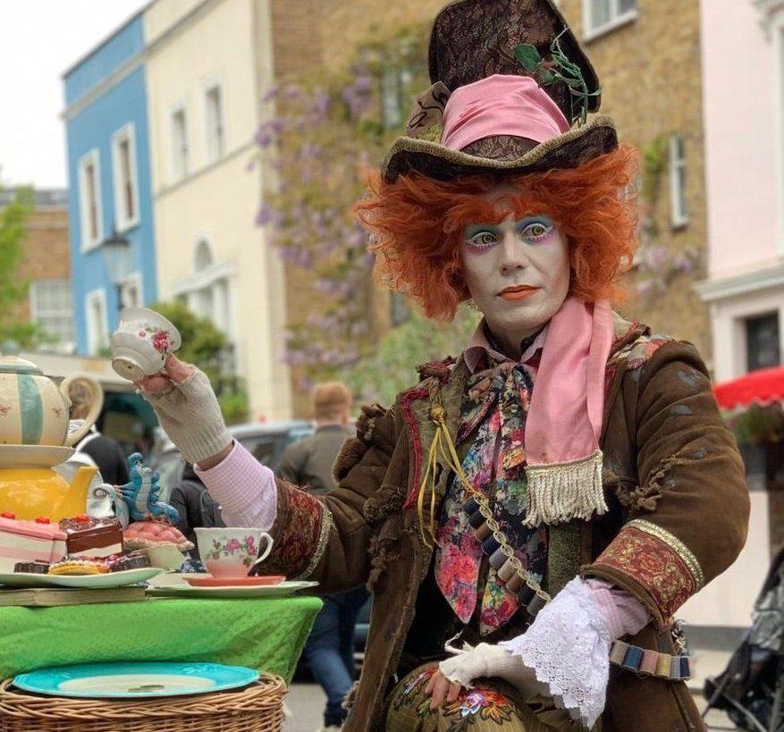 Una foto dell'high tea con il cappellaio matto per strada scattata da Barbara a Londra