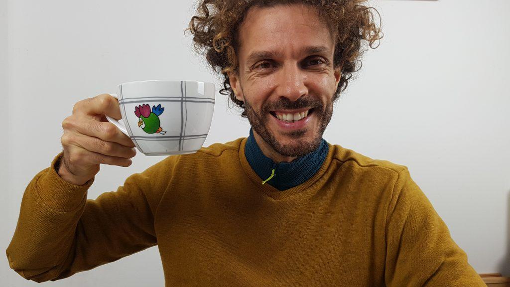 Stefano con una tazza gigante di tè