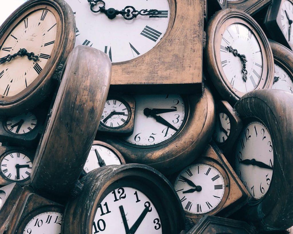 tanti orologi tutti con orari diversi